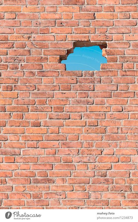 Lichtblick Wolkenloser Himmel Schönes Wetter Menschenleer Ruine Bauwerk Mauer Wand Fassade Fenster Stein Backstein Loch atmen Blick positiv blau rot Optimismus