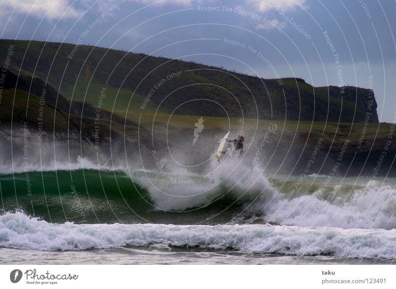 ....YEEEAAAAHHH.... Strand Wassersport Himmel Hügel beobachten springen Coolness grün Neuseeland Südinsel Surfer Surfbrett Nachmittag aufregend Surfen Farbfoto