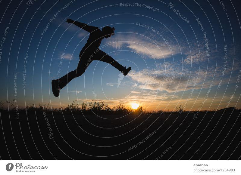 Über. Springen. Mensch Himmel Natur Ferien & Urlaub & Reisen Jugendliche Mann Sonne Junger Mann Landschaft Freude Ferne Erwachsene Leben Gras Gesundheit Freiheit