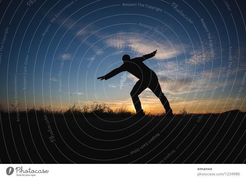 Schräglage Mensch Himmel Natur Mann schön Erholung Landschaft ruhig Freude Berge u. Gebirge Erwachsene Leben Gras Stil Sport Lifestyle