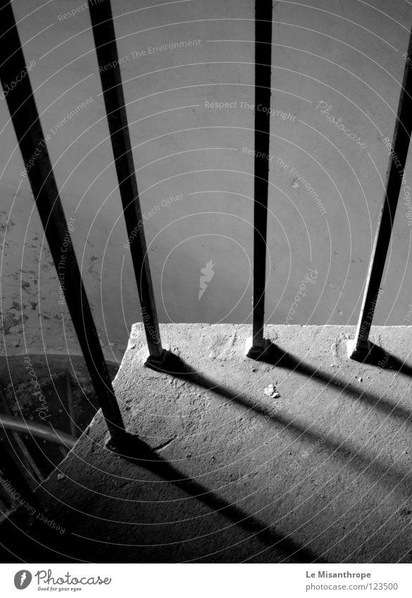 Das Minimalistische. Haus Einsamkeit minimalistisch simpel verfallen Trauer Verzweiflung Schwarzweißfoto Treppe Schatten einfach Vefallen alt Angst Leben