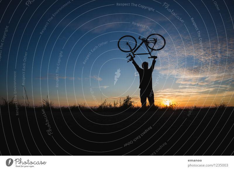 Leicht. Kraft. Rad. Mensch Himmel Ferien & Urlaub & Reisen Jugendliche Mann Sommer Junger Mann Landschaft Freude Ferne Erwachsene Berge u. Gebirge Gras Sport