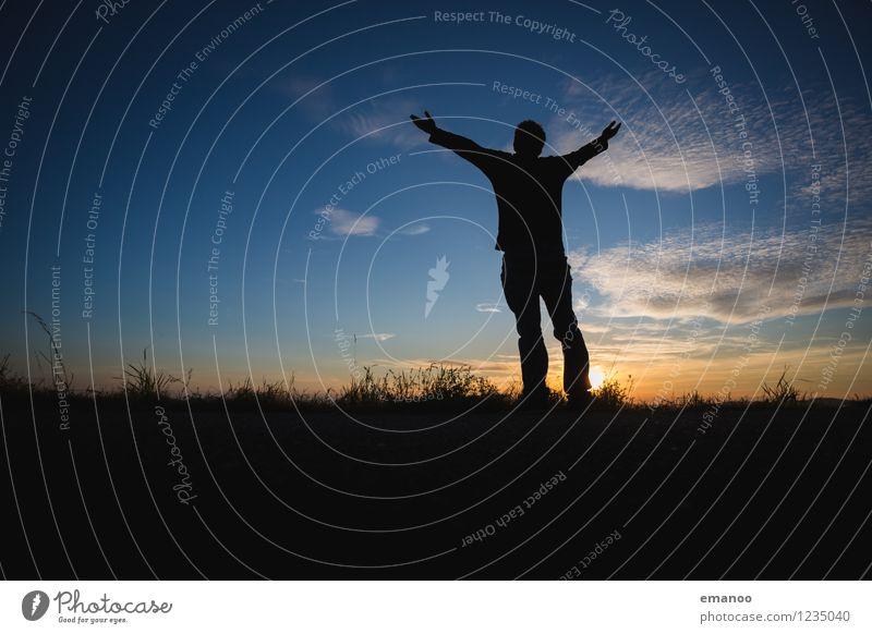 Freiheit Mensch Himmel Natur Ferien & Urlaub & Reisen Mann Erholung Landschaft ruhig Freude Ferne Berge u. Gebirge Erwachsene Gefühle Wiese Gras Glück