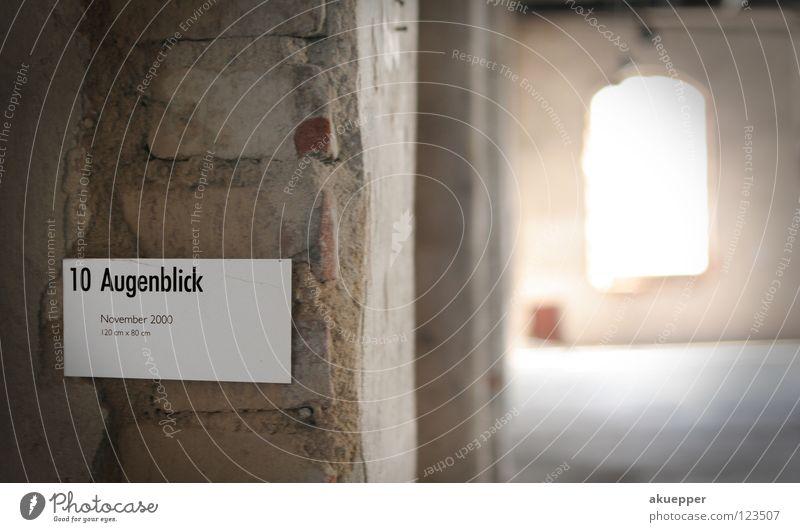 Augenblick vergangen Wort Typographie Ausstellung Kunst Mauer Putz Vergangenheit Vergänglichkeit vergessen Fenster Gegenlicht 10 verfallen Bildunterschrift BU