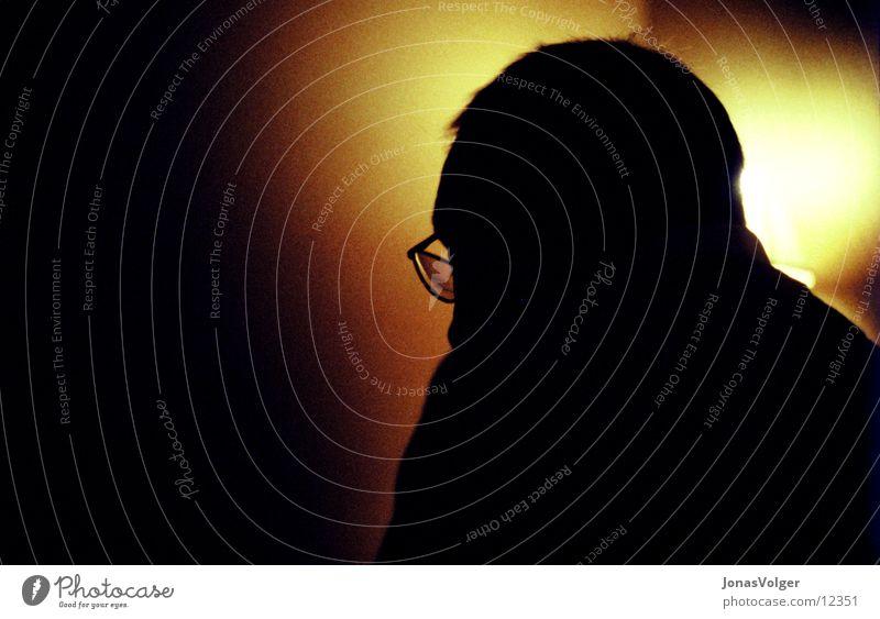 Lesen im Dunkeln Mann dunkel lesen Brille Fototechnik