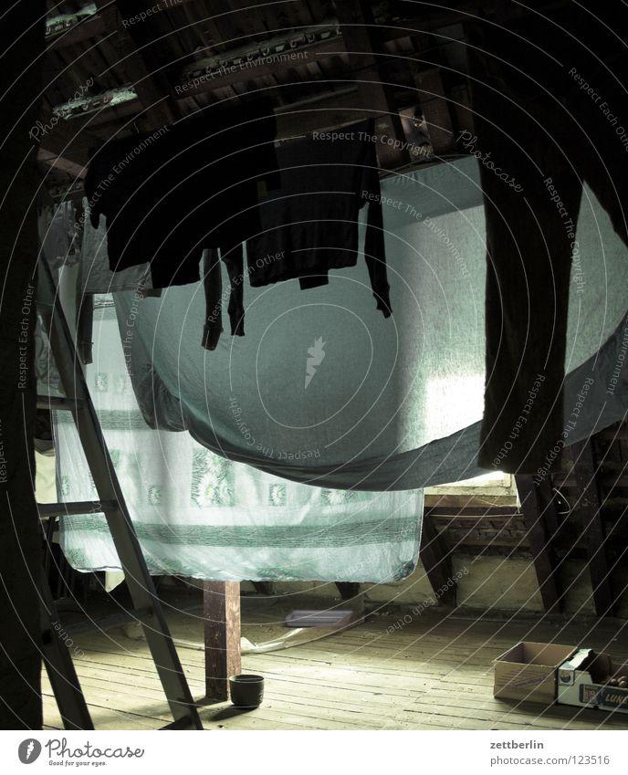 Dachboden Dachfenster Haus Einfamilienhaus Stadthaus Holz Holzfußboden roh Fuge Wäsche Bettlaken trocknen Wäscheleine Häusliches Leben Dinge