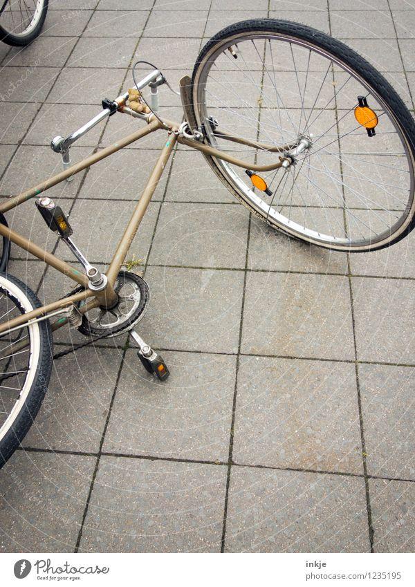 Fahrradumfall Gefühle Stein Lifestyle Metall liegen Freizeit & Hobby Verkehr Platz Beton Fahrradfahren Pause Boden Fahrradtour Verkehrswege Verkehrsmittel