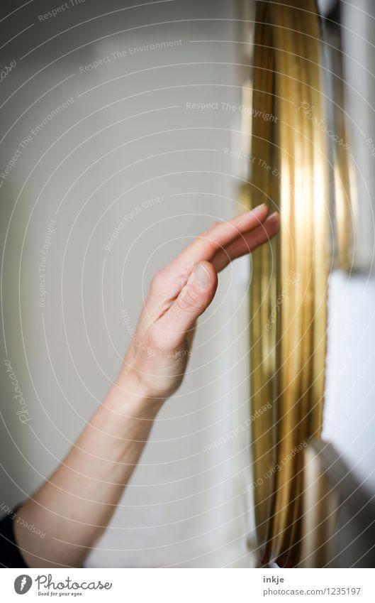 Erinnerungen I Lifestyle Stil Häusliches Leben Erwachsene Hand 1 Mensch Bilderrahmen Goldrahmen berühren Gefühle Stimmung Sympathie Liebe Trauer Tod Einsamkeit