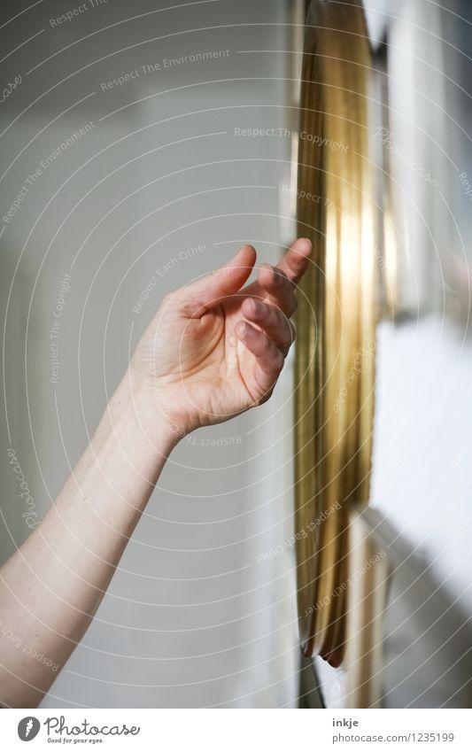 Erinnerungen II Lifestyle Häusliches Leben Familie & Verwandtschaft Erwachsene Hand 1 Mensch Bilderrahmen Gold berühren Gefühle Stimmung Sympathie Liebe