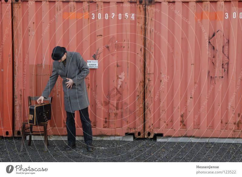 Person 17 rot Einsamkeit Zeit Verkehr Schriftzeichen warten Hoffnung Stuhl Hut Langeweile Koffer frieren Gott Mantel Trennung Container
