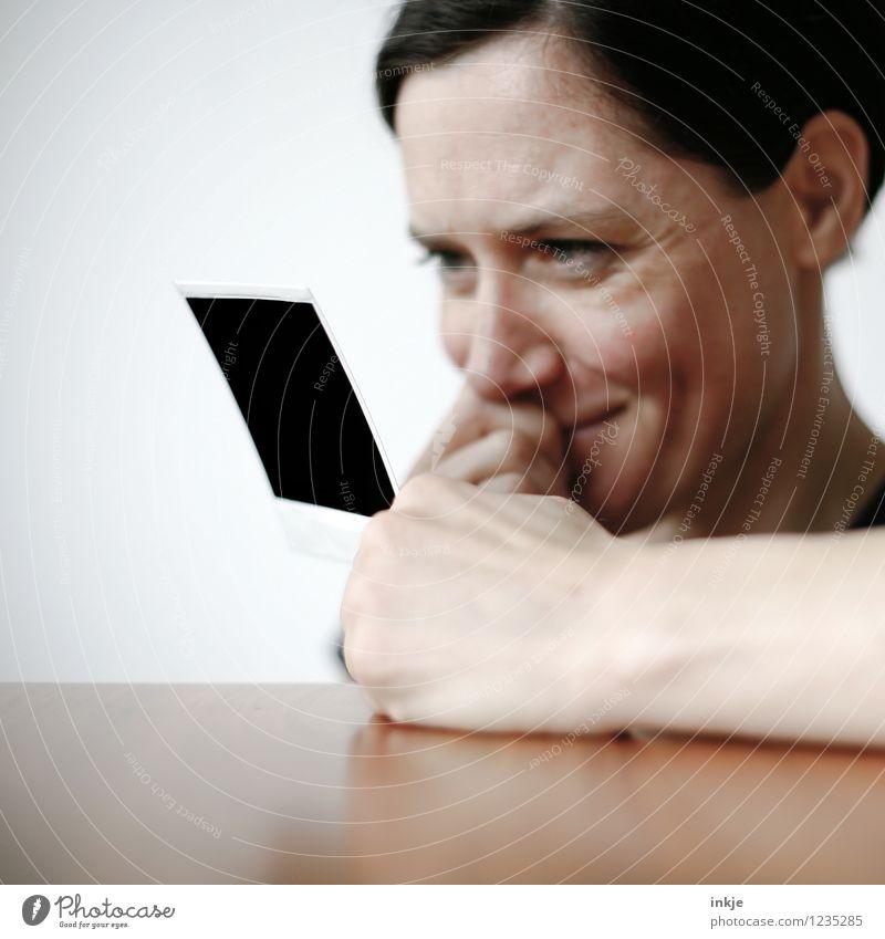 das waren noch Zeiten IIII Lifestyle Freizeit & Hobby Frau Erwachsene Leben Gesicht 1 Mensch 30-45 Jahre Polaroid Fotografie Lächeln Gefühle Freude Fröhlichkeit