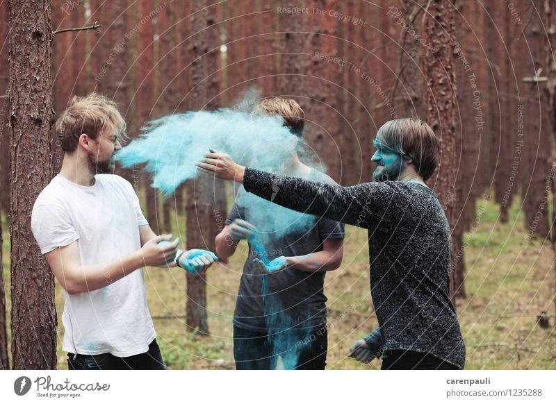 color bomb Mensch maskulin Freundschaft 3 Menschengruppe 18-30 Jahre Jugendliche Erwachsene Band Natur Baum Moos Wald brünett blond Bewegung lachen Spielen