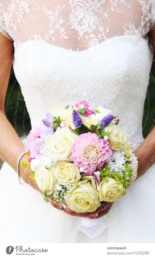 Brautstrauß Hochzeit feminin 1 Mensch Blume Rose Kleid Blühend Feste & Feiern Liebe elegant schön dünn weiß Glück Zufriedenheit Einigkeit Treue Romantik
