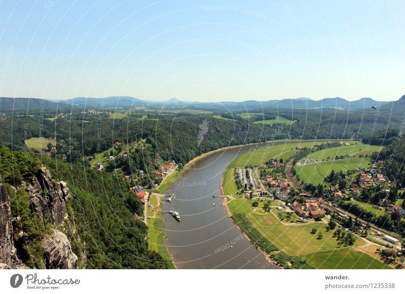 Elbeufer – Sächsische Schweiz, Elbsandsteingebrige Himmel Sommer Wasser Landschaft Haus Ferne Wald Berge u. Gebirge Wiese Deutschland Felsen Horizont Feld