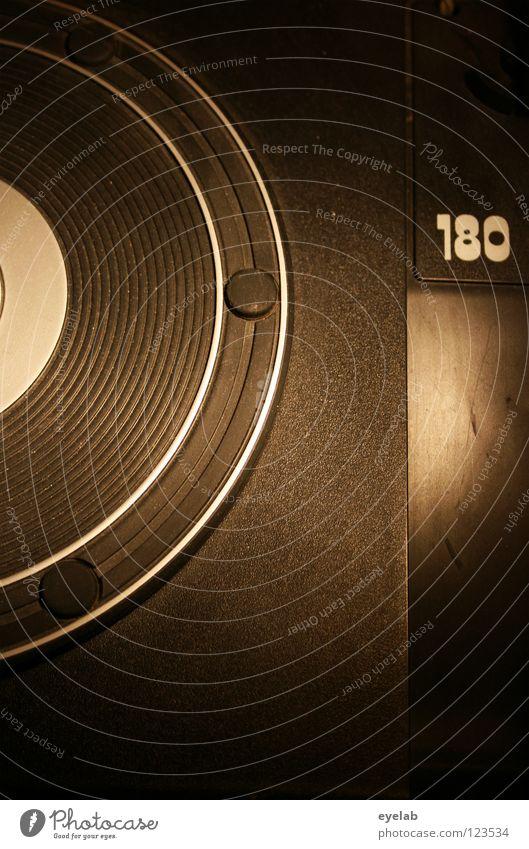 180 x 2,05555556 = ? Plattenteller Plattenspieler Schallplatte retro Diskjockey rund schwarz Siebziger Jahre Kinderfest drehen Drehung liegen passieren