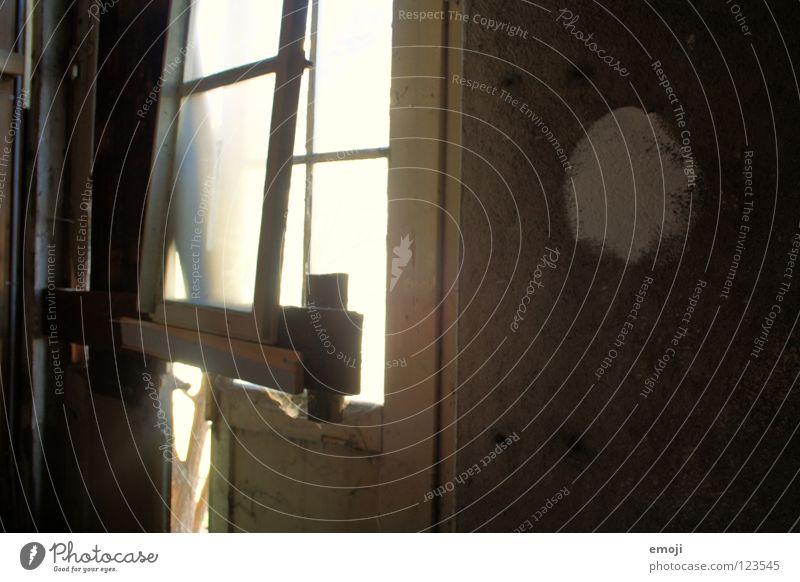 aufgebrochen alt Haus Einsamkeit dunkel Fenster hell braun Beleuchtung dreckig Tür Vergänglichkeit verfallen Hütte historisch