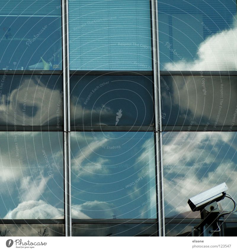 ::SICHERHEITSQUADRAT:: Fenster Reflexion & Spiegelung Wolken Himmel filmen Sicherheit Überwachung Haus groß Stadt Hochhaus Quadrat Gebäude Stahl Beton Eisen