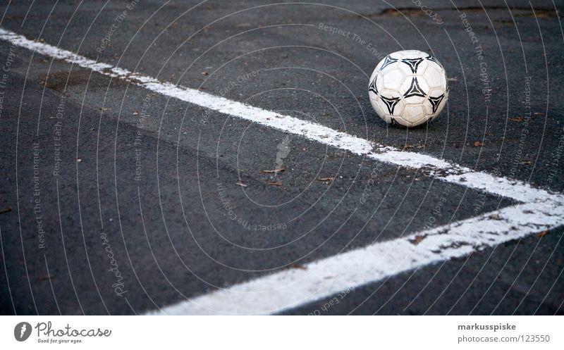 strassen fussball Straße Spielen Linie Schilder & Markierungen Fußball Erfolg Ecke Ball Tor Seite Leder Teer Stadion verlieren Schuss