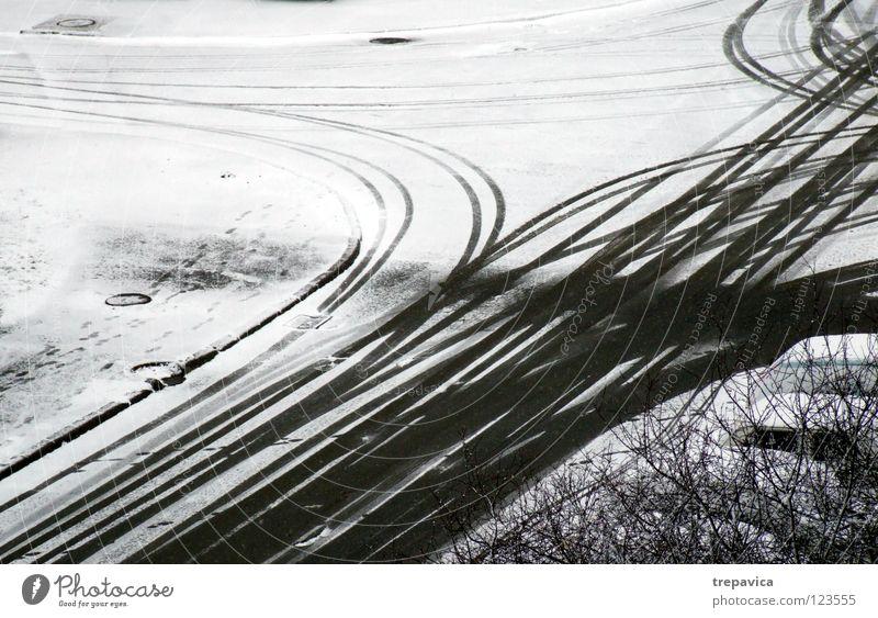 fahrspuren I Winter weiß grau kalt Jahreszeiten Schneedecke Schneespur Spuren Winterdienst fahren Hintergrundbild Autofahren Reifenspuren Fahrbahn Neuschnee