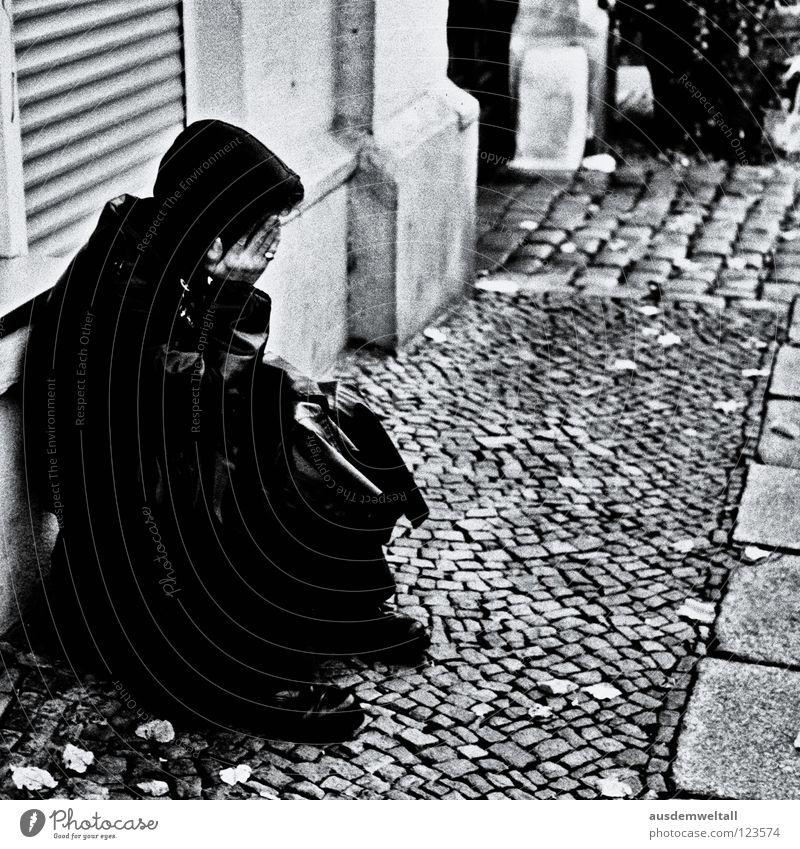 ::Sad:: Mann Hand Haus schwarz Wand Traurigkeit Angst sitzen Trauer geheimnisvoll analog Bürgersteig Verzweiflung Kopfsteinpflaster Leder Mantel