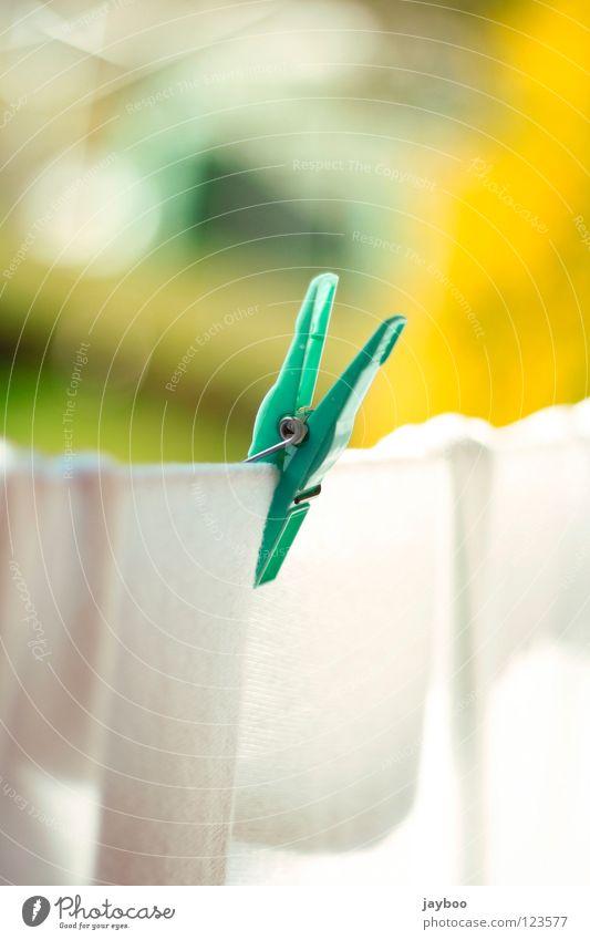 Noch mehr Wäsche Klammer grün nass trocken frisch Sauberkeit weiß Haushalt rein T-Shirt Pullover gelb Seil Sweatshirt Wäsche waschen Waschtag Alltagsfotografie