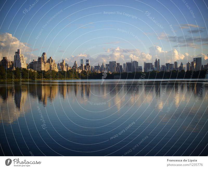 Spiegelglatt Wasser Himmel Wolken Horizont New York City USA Amerika Stadt Skyline Menschenleer Haus Hochhaus blau gold ruhig Fernweh Freiheit Frieden Farbfoto