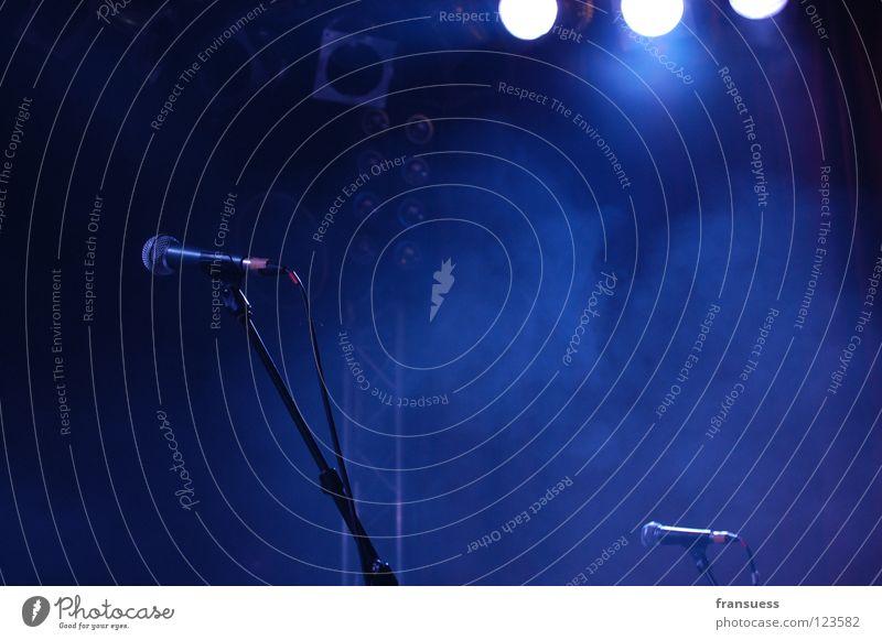 still waiting Stimmung Nebel Musik stehen warten fantastisch Dinge Rauch Konzert Bühnenbeleuchtung Gott Mikrofon singen Lied Götter Sänger