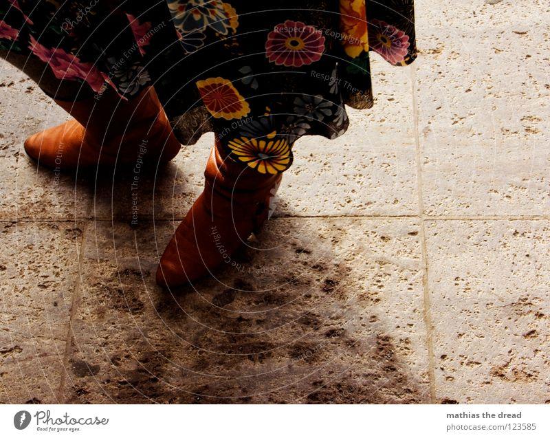 IM SCHATTEN IHRER SELBST Frau Blume ruhig Einsamkeit feminin Fuß Schuhe Linie Beine braun Kraft warten Rücken Kraft stehen Bodenbelag