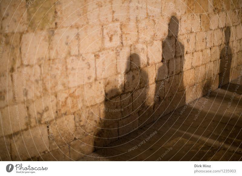 Schattengesellschaft Mensch 4 Menschengruppe Burg oder Schloss Bauwerk Gebäude Mauer Wand beobachten stehen warten Zusammensein braun gold Stimmung gefährlich