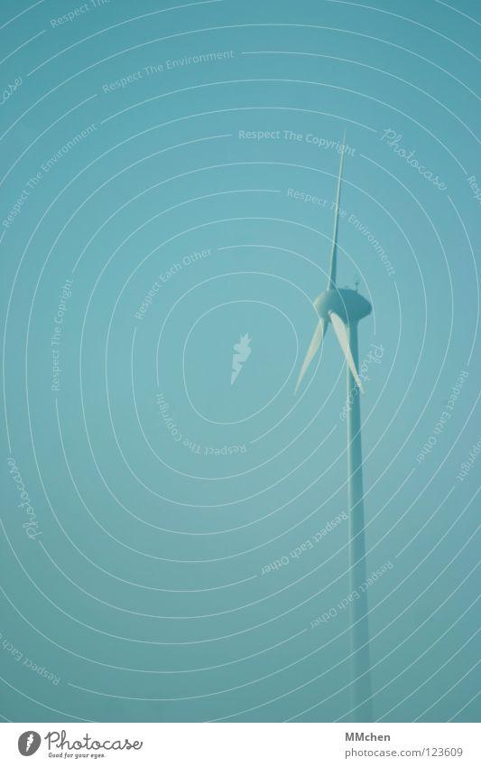 Kannst Du den Nebel nicht wegpusten? Himmel blau weiß Baum Winter dunkel kalt Wetter Energiewirtschaft Sträucher trist Windkraftanlage verstecken Tau