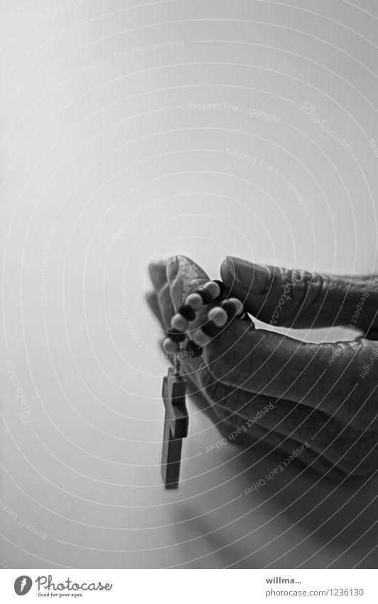 Hand mit Rosenkranz Finger Christliches Kreuz Glaube Religion & Glaube Hoffnung Gebet Gebetskette demütig Gott Ritual heilig Vaterunser Ave Maria ruhig
