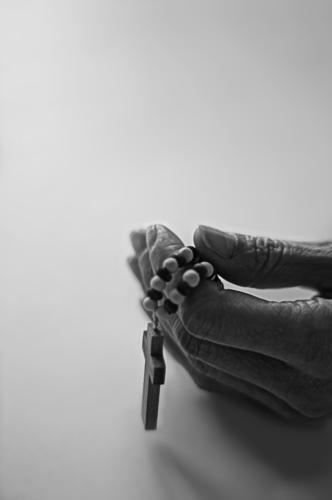 stilles gebet Hand ruhig Religion & Glaube Finger Hoffnung Christliches Kreuz Gebet Gott heilig Ritual demütig Rosenkranz Schwarzweißfoto Gebetskette Vaterunser