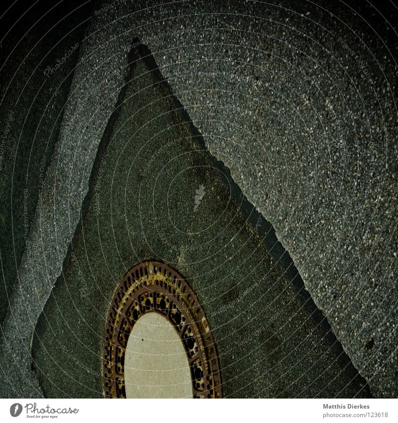 Gulli Gully Abfluss fließen Asphalt Straßenbelag dunkel hässlich Straßenbau Reinigen Kanalisation Vignettierung rund Geometrie Eingang Ausgang Zutritt Zugang