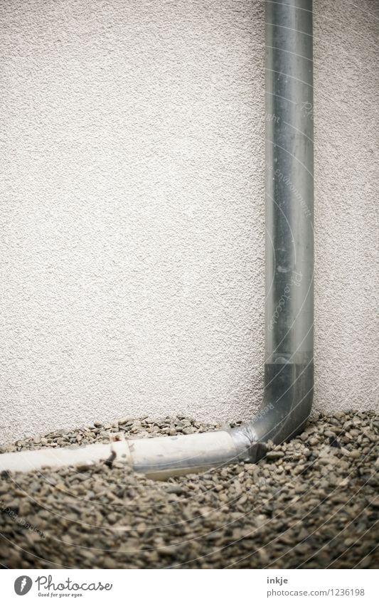 Ein Haufen Kies bildet eine gute Stütze. Arbeit & Erwerbstätigkeit Baustelle Handwerk Menschenleer Mauer Wand Fassade Wasserrohr Kieselsteine Eisenrohr Stein