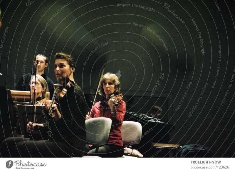 Passion 3 Konzentriert bei der Orchesterprobe schön harmonisch Spielen Musik Bühne Konzert Musiker Geige Bach berühren Kommunizieren Zusammensein Gefühle