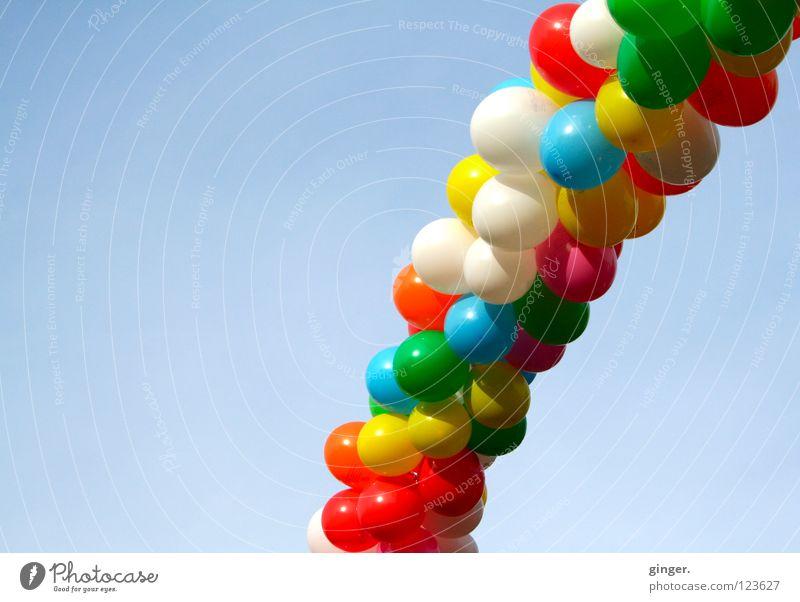 Luft! Schlange? Himmel blau grün weiß rot Farbe Freude gelb Feste & Feiern hell Luft hoch Fröhlichkeit Dekoration & Verzierung Schönes Wetter Luftballon