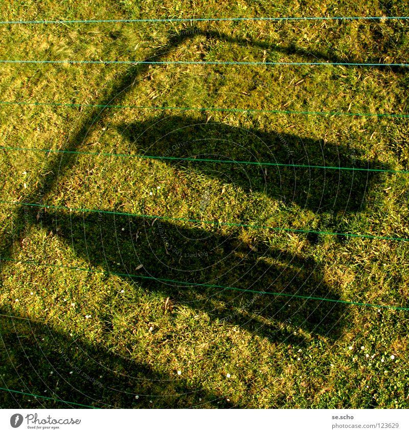 """""""aufgehängt"""" Wiese grün aufhängen Wäsche Gras Jacke Haushalt Seil Schatten Sonne Blick aus dem Fenster Fensterblick"""