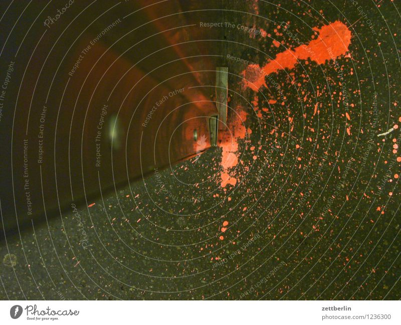 Farbspritzer (rot) Farbe Farbstoff spritzen Farbenspiel Farbspur Farbrest Blut Blutfleck Mord Tatort Gewalt lache Flüssigkeit Tropfen undicht Erde Bodenbelag