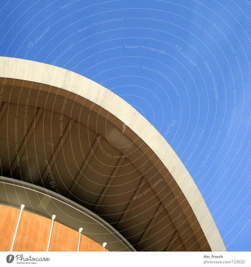 auster Himmel blau Berlin Kunst Beton modern Dach Kultur Konstruktion Bogen Anschnitt Bildausschnitt Architekt gekrümmt Fünfziger Jahre