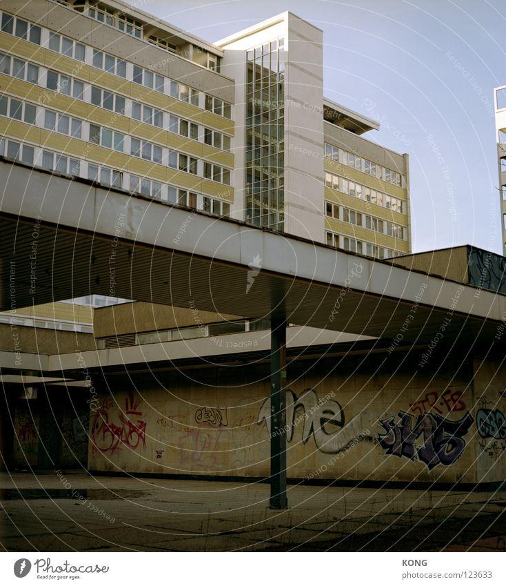 stadtmitte Himmel Stadt Haus Fenster Gebäude Graffiti Wohnung Beton Hochhaus trist Denkmal DDR schäbig Geometrie Block