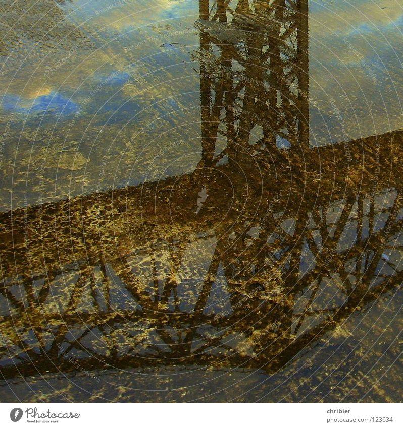 WasserBrücke Reflexion & Spiegelung Wolken Sehenswürdigkeit Wahrzeichen Denkmal Bahnfahren Schifffahrt Schienenverkehr Eisenbahn Hochbahn Gleise Eisenbahnbrücke