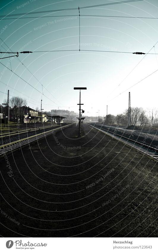 im Zwiespalt Wege & Pfade zyan Eisenbahn Geschwindigkeit Gleise lang Weitwinkel Verkehrswege Bahnhof blau Himmel unendschlossen