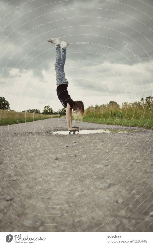 der handstand ... Himmel Kind Wolken Mädchen Wege & Pfade Asphalt Skateboard Pfütze Handstand