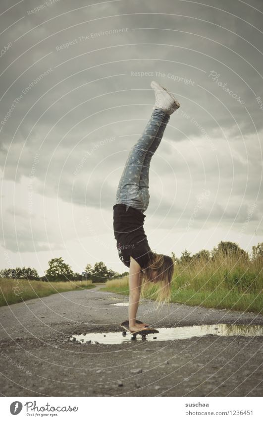 der handstand .. Himmel Kind Wolken Mädchen Wege & Pfade Asphalt Skateboard Pfütze Handstand