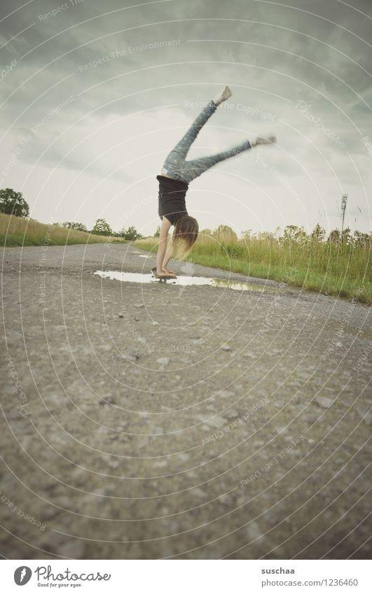 der handstand .... Wege & Pfade Asphalt Außenaufnahme Fußweg Pfütze nass Kind Mädchen Handstand sportlich Skateboarding Stunt gefährlich Mut Kindheit Freiheit