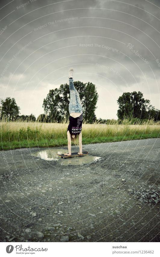 handstand (der letzte) Wege & Pfade Asphalt Außenaufnahme Fußweg Pfütze nass Kind Mädchen Handstand sportlich Skateboarding Stunt gefährlich Mut Kindheit