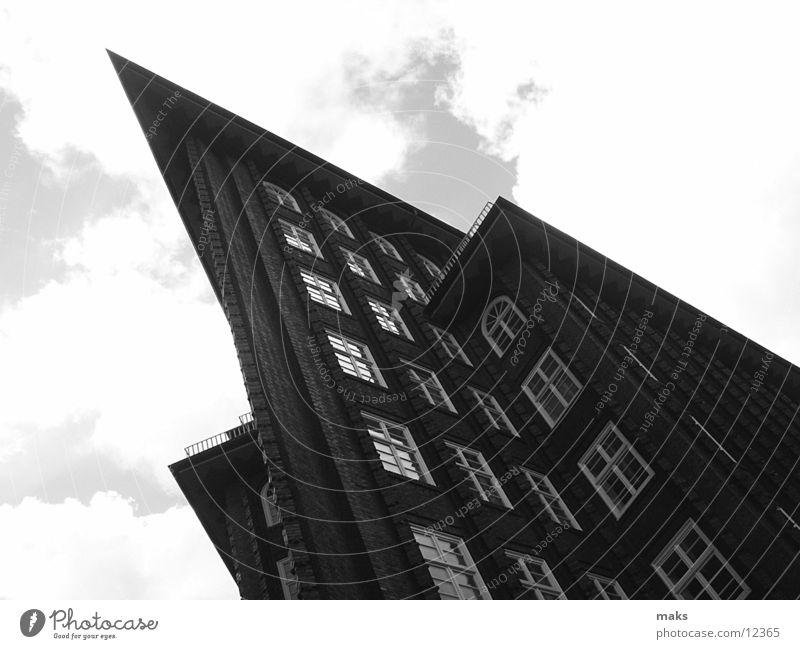 chilehaus grau Grauwert Wolken Backstein Architektur Hamburg Schwarzweißfoto Himmel Stein