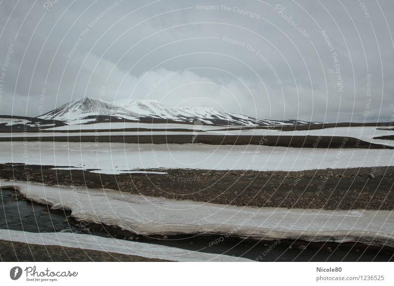 Island 15/5 - Möðrudalsöræfi Landschaft Wasser Himmel Gewitterwolken Klima schlechtes Wetter Nebel Regen Schnee Berge u. Gebirge Gipfel Schneebedeckte Gipfel