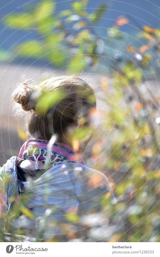 Seele und Beine baumeln lassen feminin Frau Erwachsene 1 Mensch Natur Pflanze Herbst Schönes Wetter Sträucher Feld Schal Tuch blond Zopf sitzen hell Gefühle