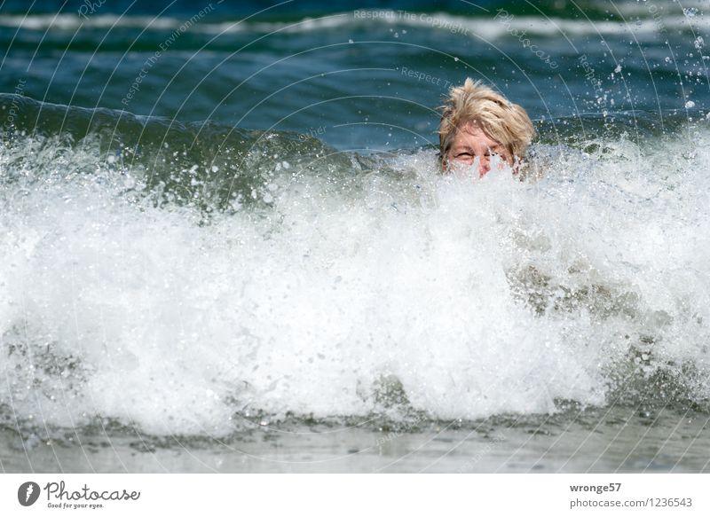Erfrischung Freude Ferien & Urlaub & Reisen Sommer Sommerurlaub Strand Meer Badeurlaub Mensch feminin Frau Erwachsene Weiblicher Senior 1 45-60 Jahre blond